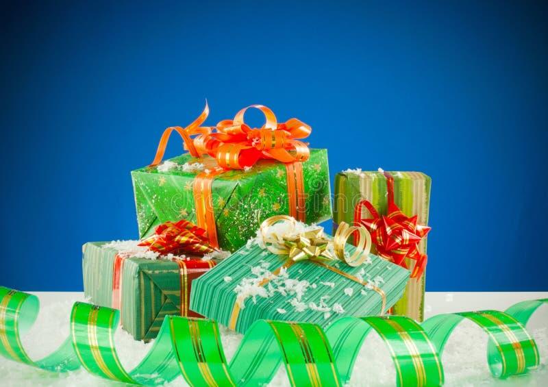Presentes de Natal sobre o fundo azul imagem de stock