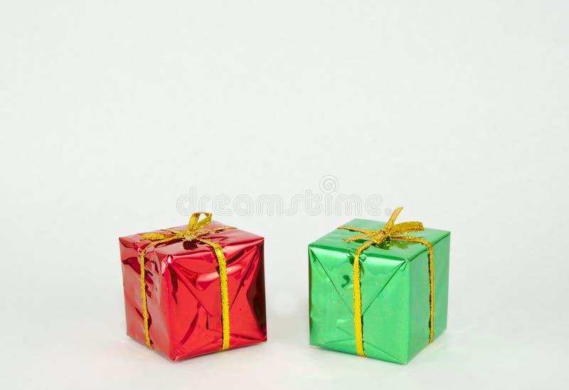 Presentes de Natal vermelhos e verdes fotos de stock