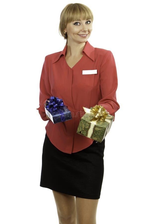 Presentes de oferecimento do consultante louro novo da mulher imagens de stock