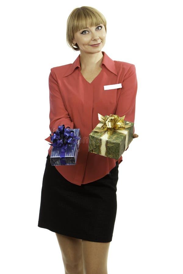 Presentes de oferecimento do consultante louro novo da mulher foto de stock royalty free