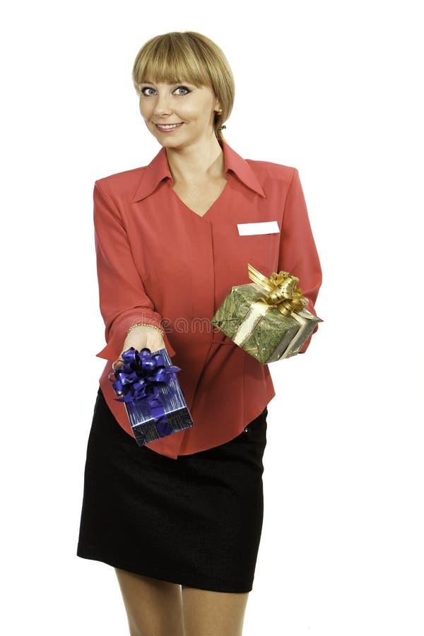 Presentes de oferecimento do consultante louro novo da mulher imagem de stock royalty free