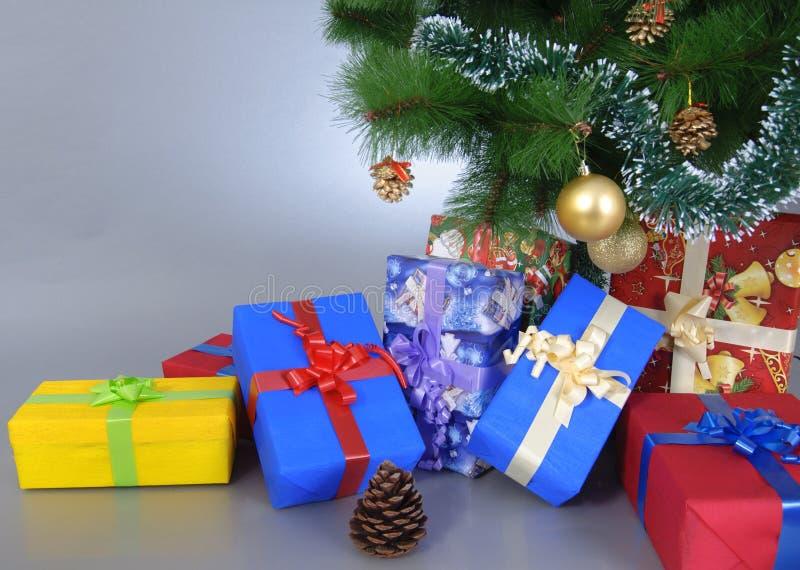 ¡Presentes debajo del árbol! fotografía de archivo