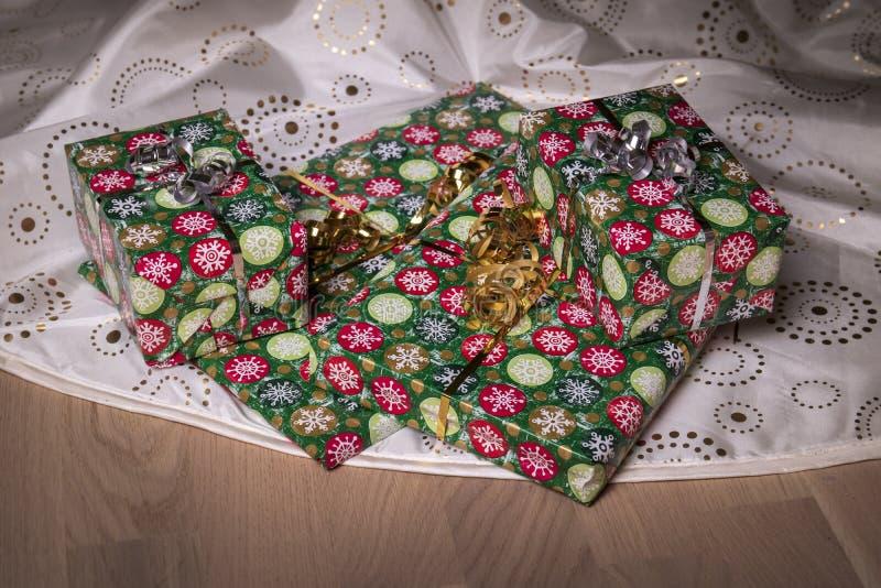 Presentes debajo del árbol de navidad en piso fotos de archivo