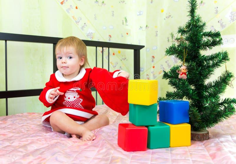 Presentes del Año Nuevo y juguetes preferidos del pequeño niño fotos de archivo