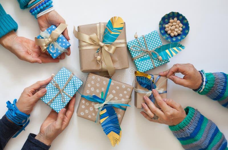 Presentes do bloco das mulheres na fita do papel de embalagem Vista de acima fotografia de stock royalty free
