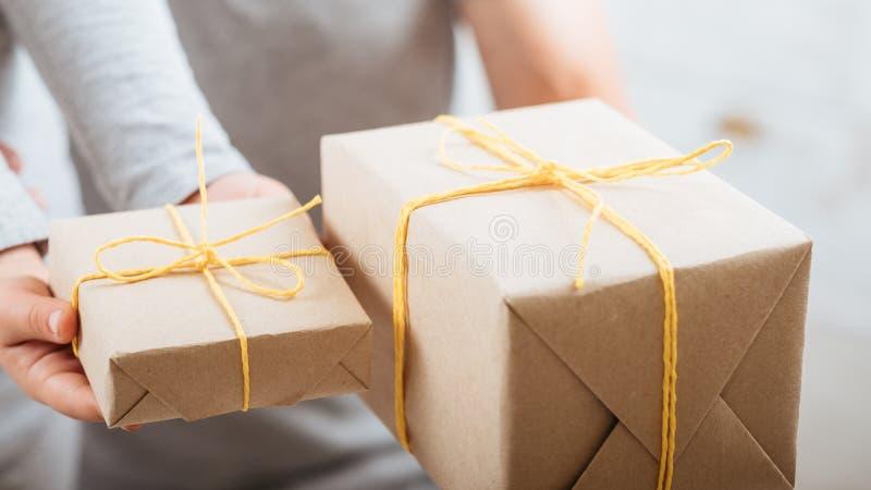 Presentes do marido da criança de amor da festa de anos foto de stock royalty free