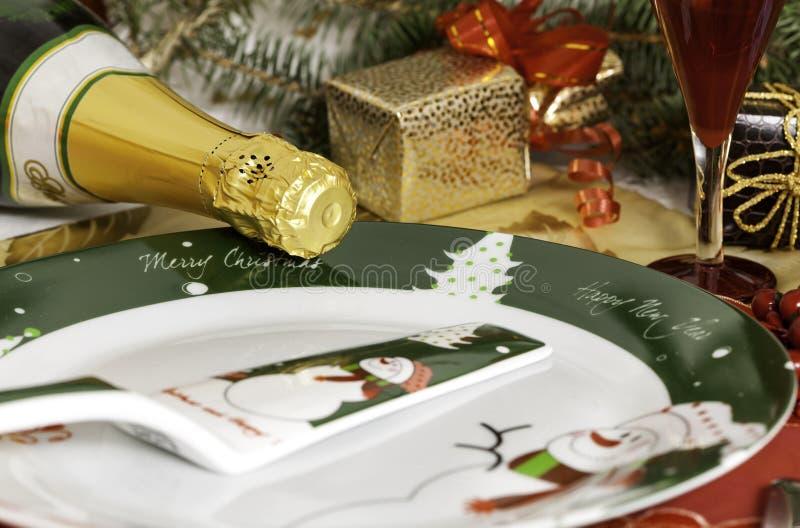 Presentes do Natal com garrafa do champanhe imagem de stock royalty free
