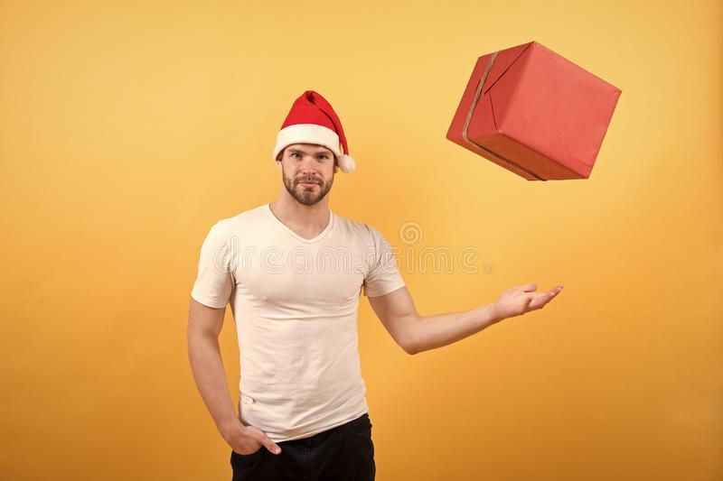 Presentes do Natal da entrega homem feliz de Santa no fundo amarelo A manh? antes do Xmas homem no Natal da posse do chap?u de Sa foto de stock royalty free