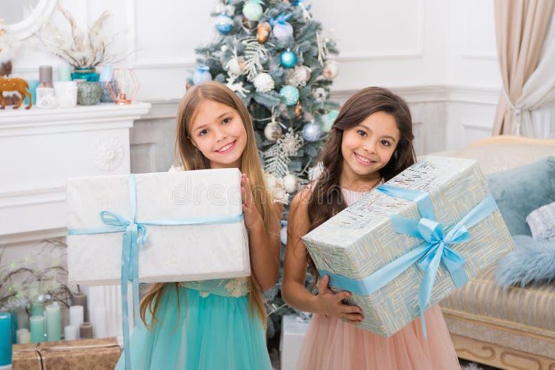 Presentes do Natal da entrega Menina bonito das crianças pequenas com presente do xmas Ano novo feliz irmãs felizes das meninas imagem de stock royalty free