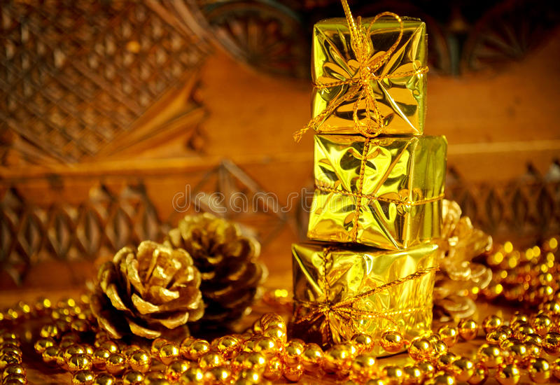 Presentes do Natal do ouro foto de stock