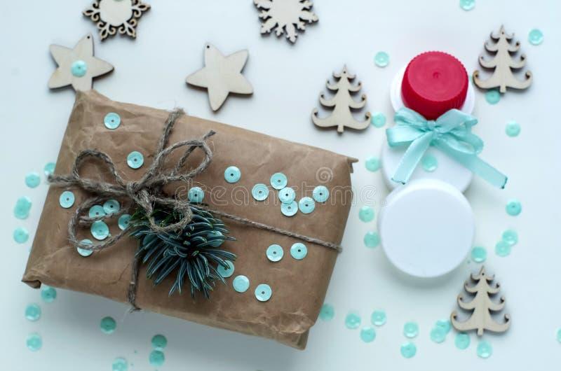 Presentes do Natal e presentes para o feriado Ramos e d Spruce fotografia de stock royalty free