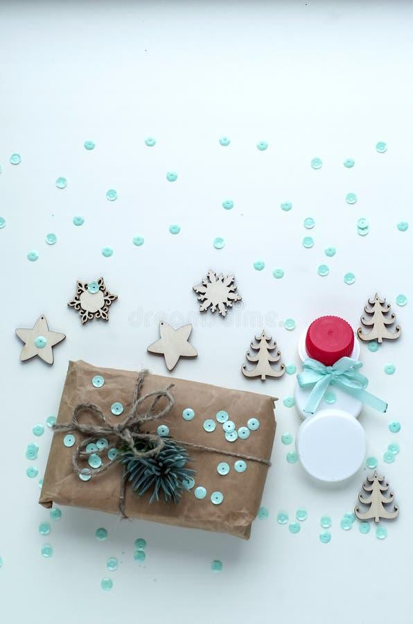 Presentes do Natal e presentes para o feriado Ramos e d Spruce fotografia de stock