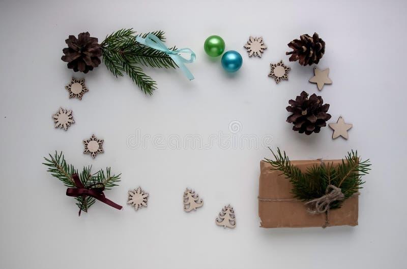 Presentes do Natal e presentes para o feriado Ramos e d Spruce imagem de stock