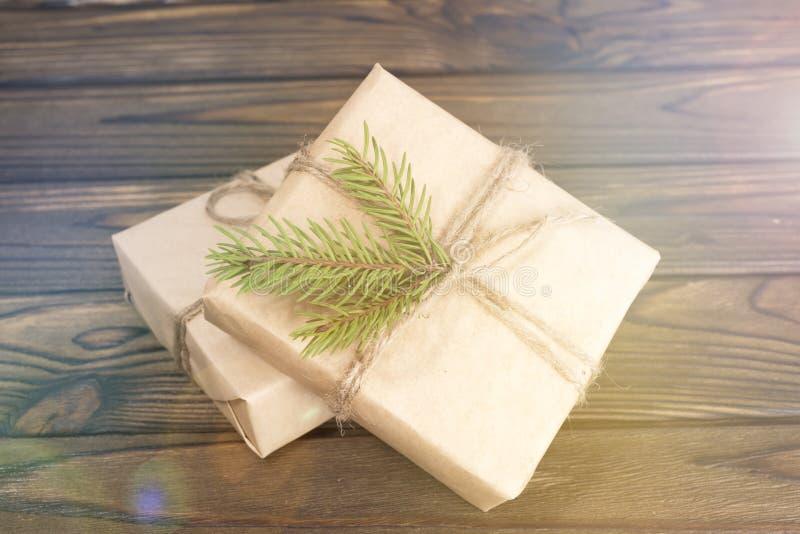 Presentes do Natal em um fundo de madeira imagens de stock