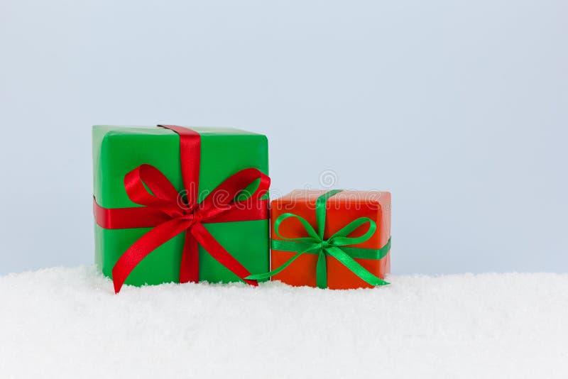 Presentes do Natal na neve fotos de stock