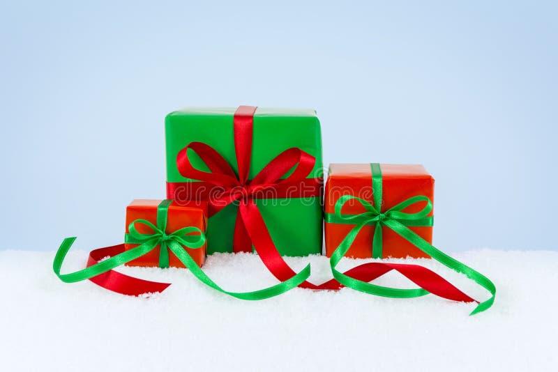 Presentes do Natal na neve fotos de stock royalty free