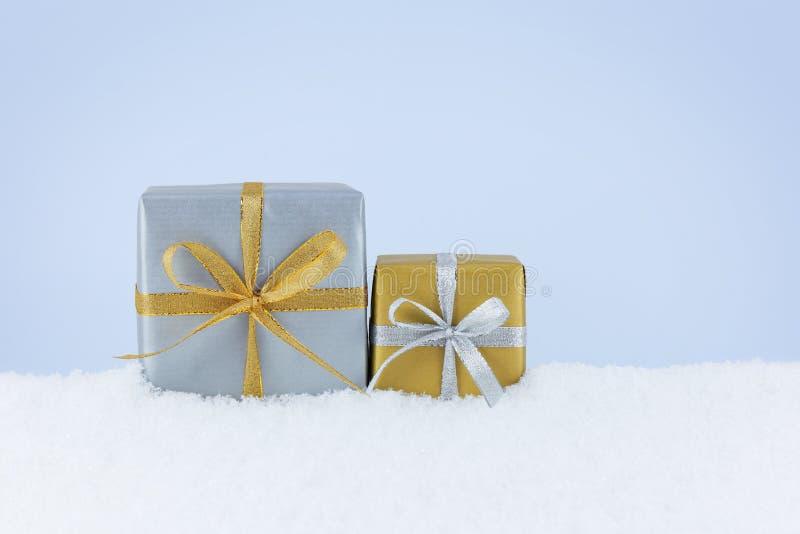 Presentes do Natal na neve foto de stock