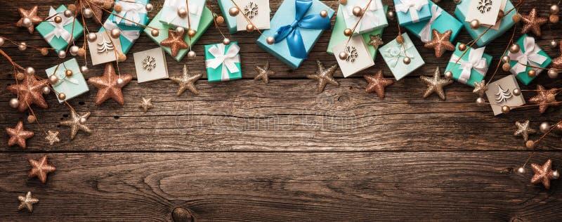 Presentes do Natal no fundo de madeira imagem de stock royalty free
