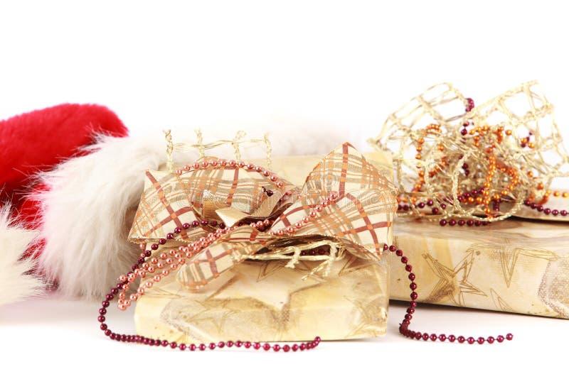 Presentes do Natal no tampão de Santa imagens de stock royalty free