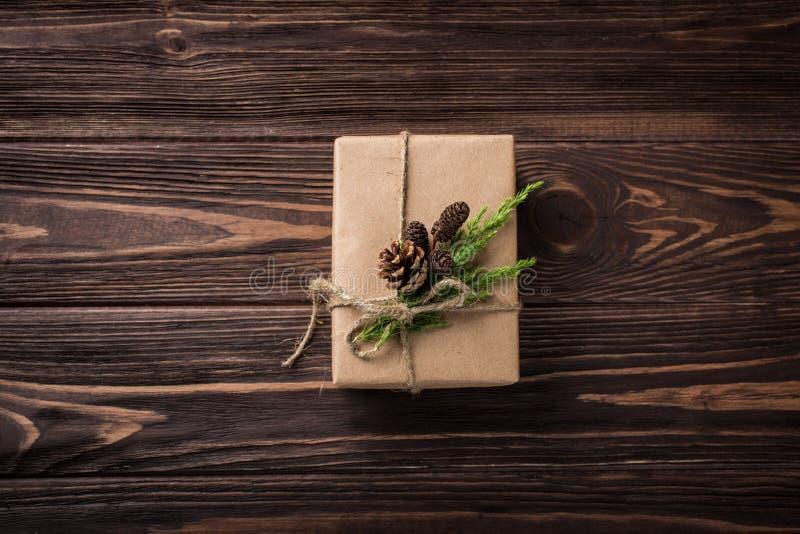 Presentes do Natal ou do ano novo envolvidos no papel de embalagem fotografia de stock royalty free
