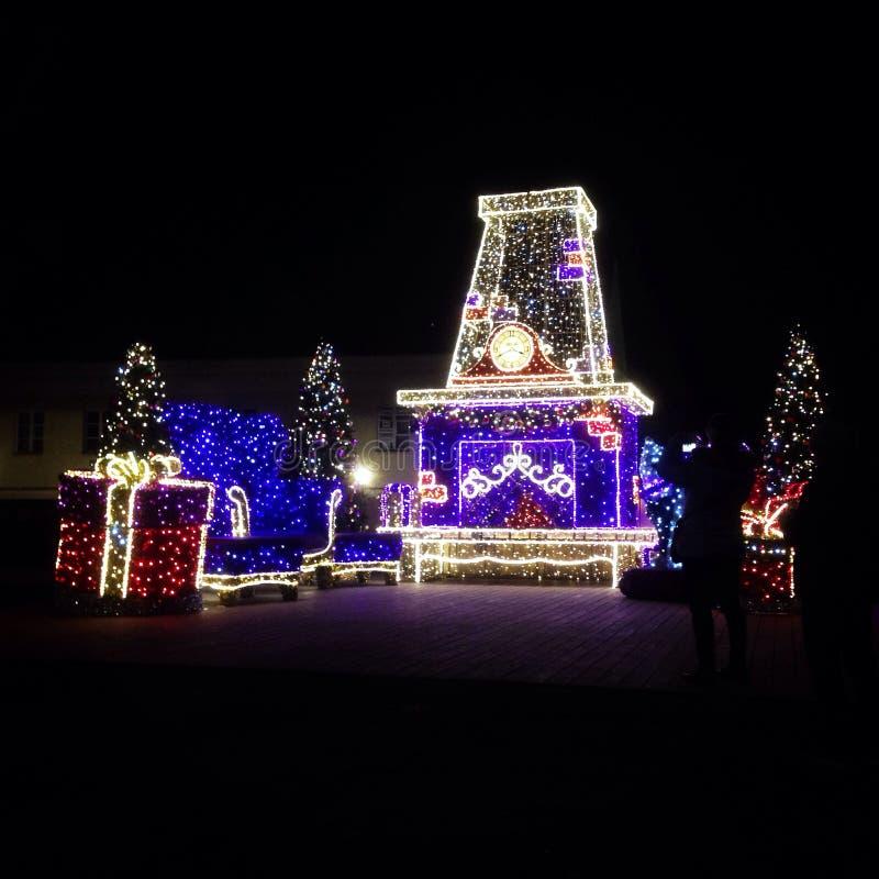 Presentes do Natal perto de uma árvore foto de stock royalty free
