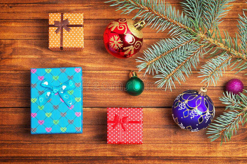 Presentes do Natal, ramo do abeto e brinquedos do Natal fotografia de stock