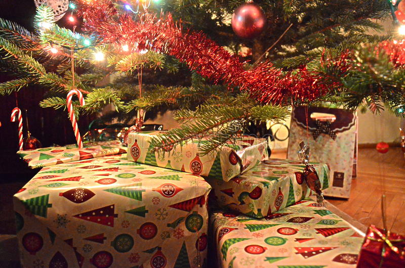 Presentes do Natal sob a árvore de Natal fotos de stock