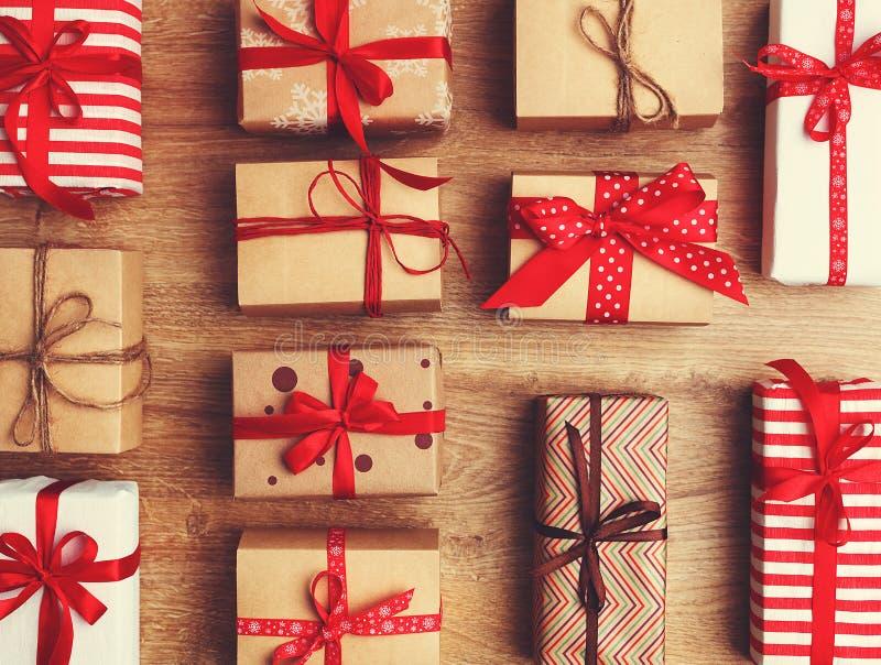 Presentes dos presentes do Natal em uma tabela de madeira imagem de stock royalty free