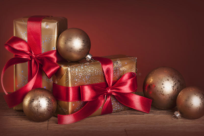 Presentes e baubles do Natal foto de stock
