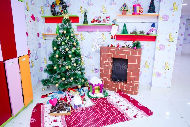 Presentes e brinquedos do ano novo Decoração do ano novo Árvore do ano novo Fogão do ` s do ano novo foto de stock royalty free