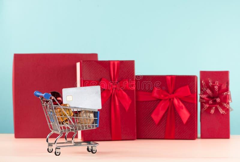 Presentes e cartão de crédito no carrinho de compras imagens de stock