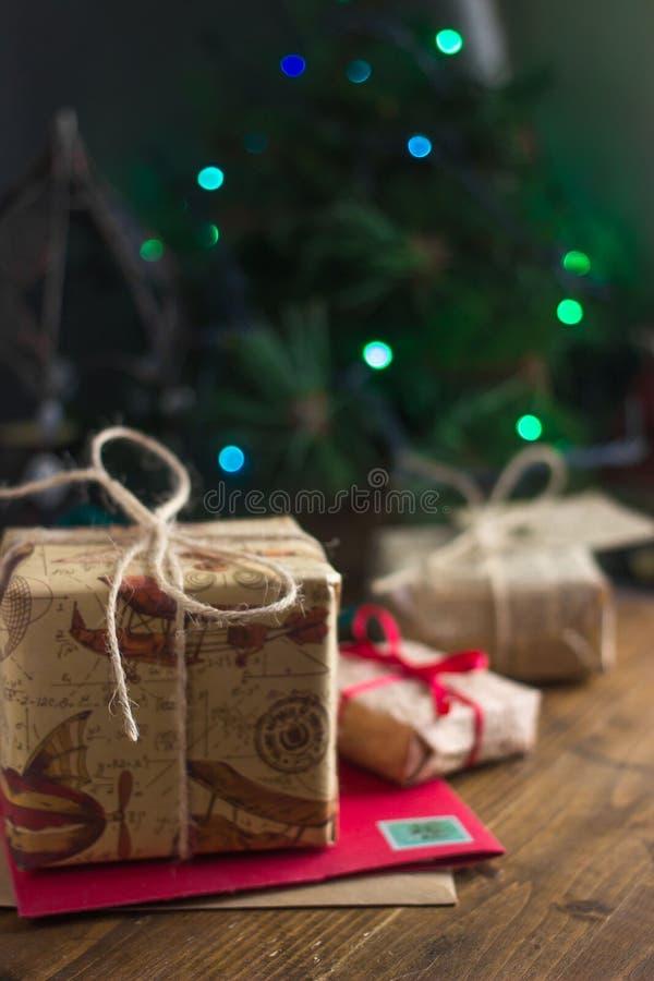 Presentes e cartões de Natal com fundo verde imagem de stock