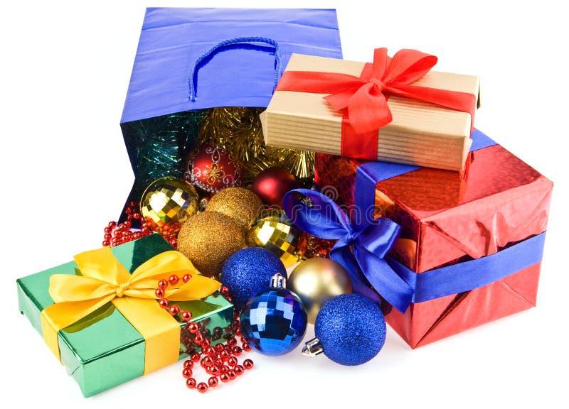 Presentes e decorações do Natal fotografia de stock royalty free