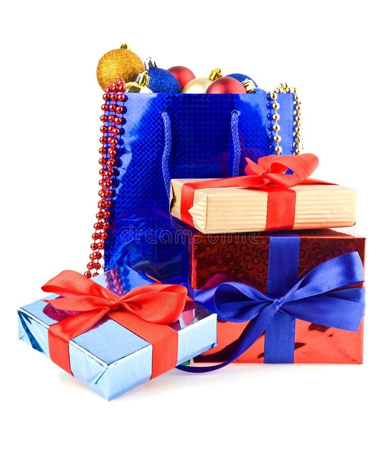 Presentes e decorações do Natal imagens de stock