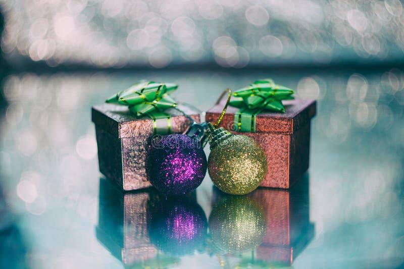 Presentes e ornamento de Natal imagem de stock