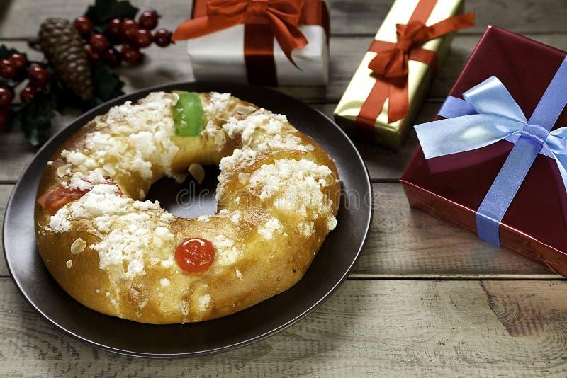 Presentes e visco de Natal do bolo do esmagamento II fotografia de stock