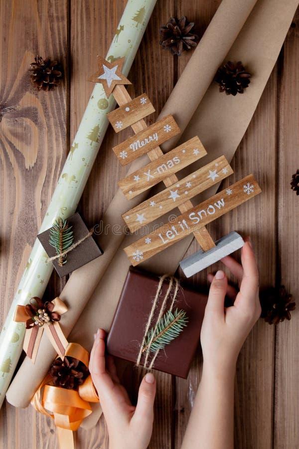 Presentes envolvidos do Natal no papel do of?cio na tabela de madeira Processo de envolver presentes Fundo do estilo de vida Vist imagem de stock royalty free