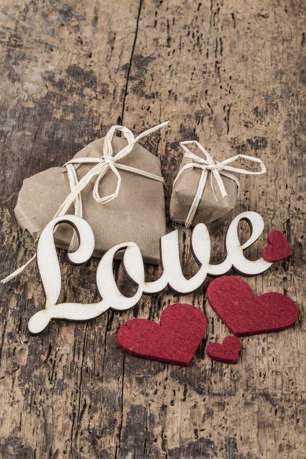 Presentes para o amor na superfície de madeira foto de stock royalty free