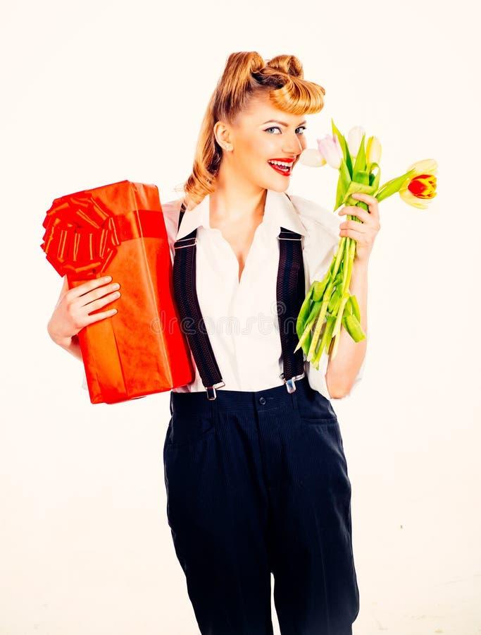 Presentes para o Dia dos Namorados Surpresa para uma mulher Flores e uma caixa com um presente para sua namorada imagem de stock royalty free