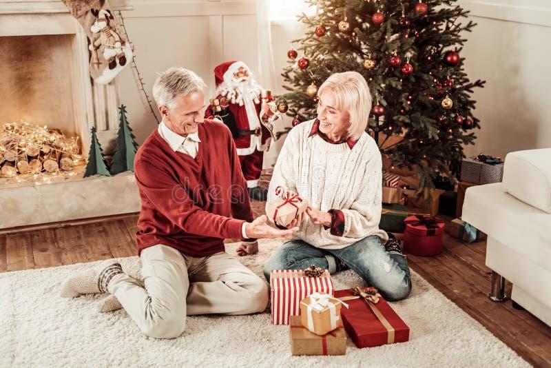 Presentes que se sientan y de desatenciones de los pares mayores lindos foto de archivo