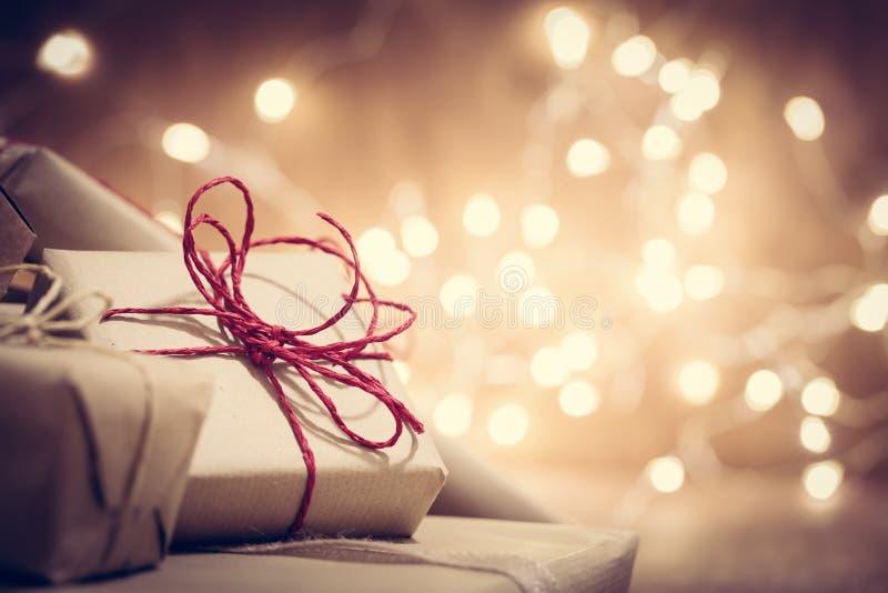 Presentes retros rústicos, caixas atuais no fundo do brilho Tempo do Natal foto de stock royalty free