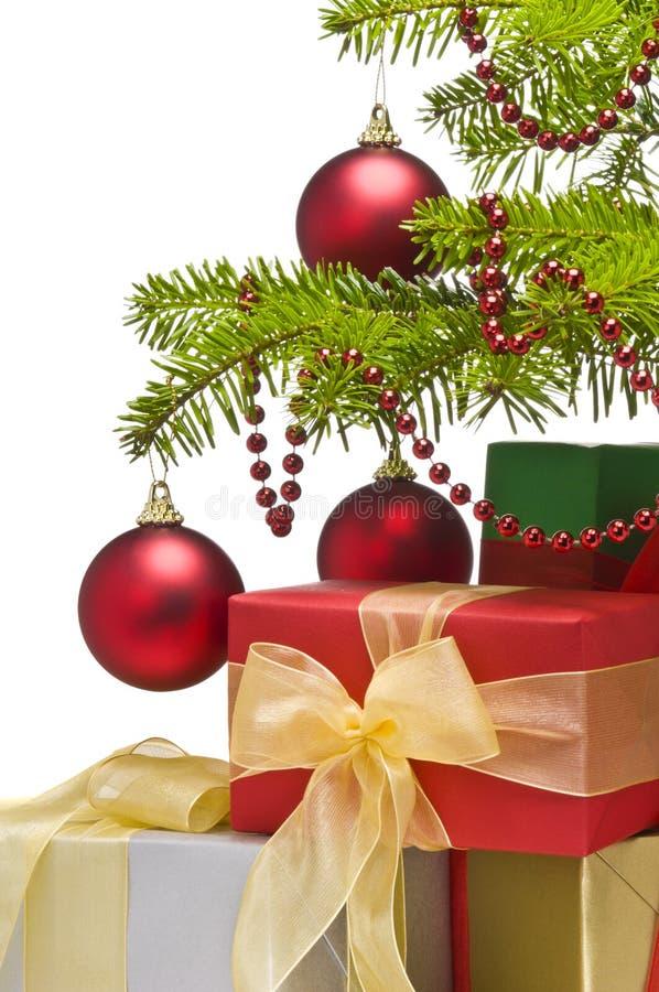 Presentes sob a árvore de Natal decorada foto de stock