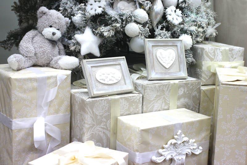 Presentes, surpresas e um urso de peluche branco macio sob a árvore de Natal pelo ano novo imagens de stock