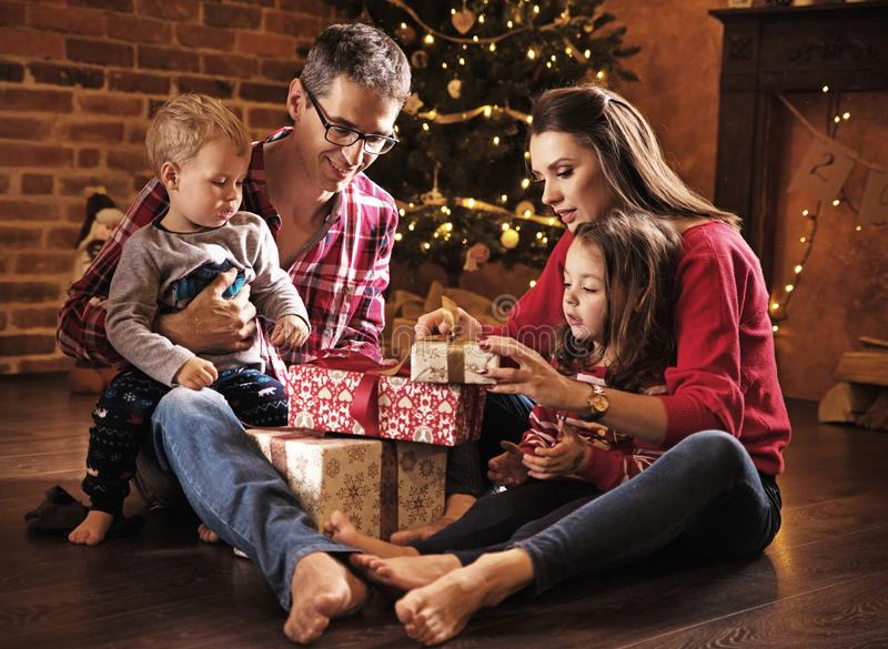 Presentes unboxing da família alegre junto fotografia de stock royalty free