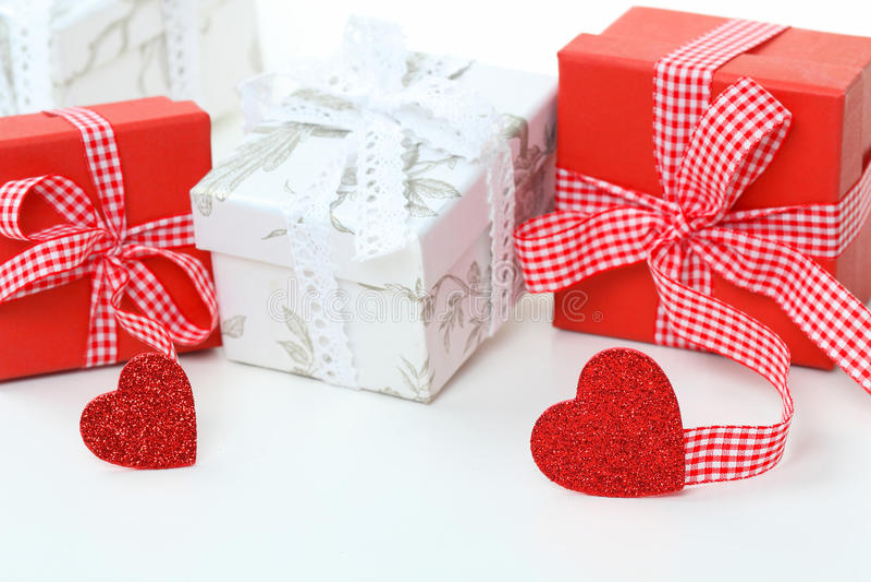 Presentes vermelhos e brancos com fita e corações fotografia de stock royalty free