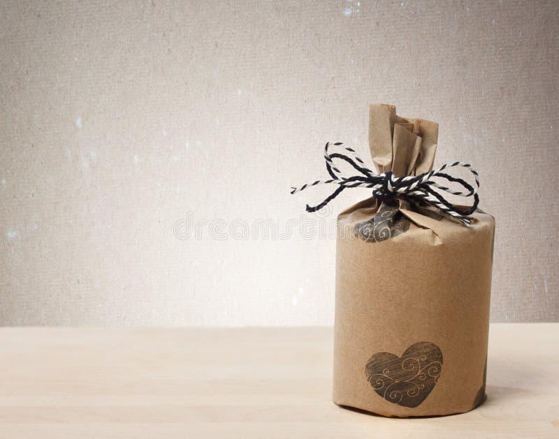 Presentes wraped en un estilo terroso rústico imágenes de archivo libres de regalías