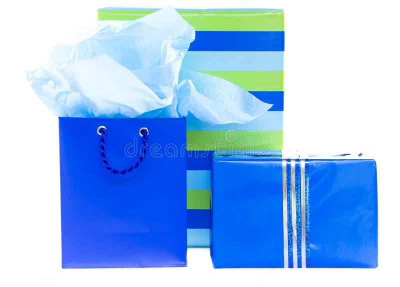 Presentes y bolso azules y rayados del regalo fotos de archivo
