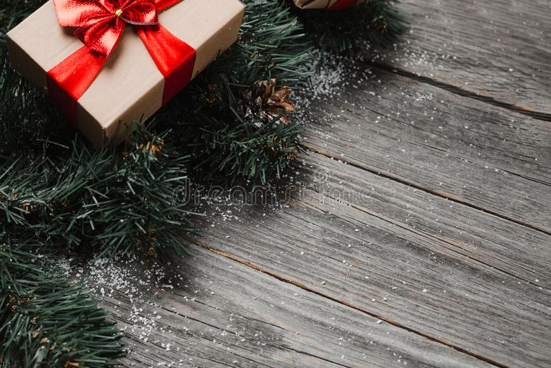 Presenti Di Natale Sulla Superficie Di Legno Rustic fotografie stock