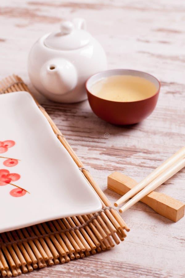 Presenti la regolazione per un pasto giapponese su un fondo di legno bianco immagini stock