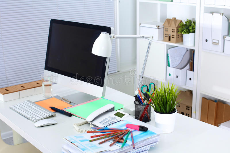 Presenti lo spazio di funzionamento del progettista con un computer e un lavoro di ufficio fotografia stock libera da diritti